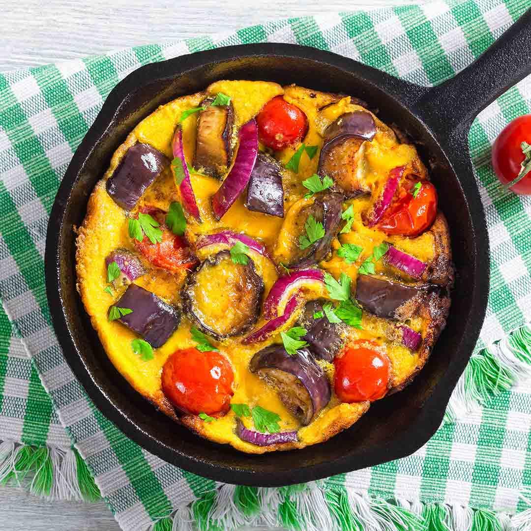 Nutricion-deportiva-recetas-5-tortillas-francesas-originales-IND-Tortilla-francesa-de berenjena-cebolla-morada-y-tomate
