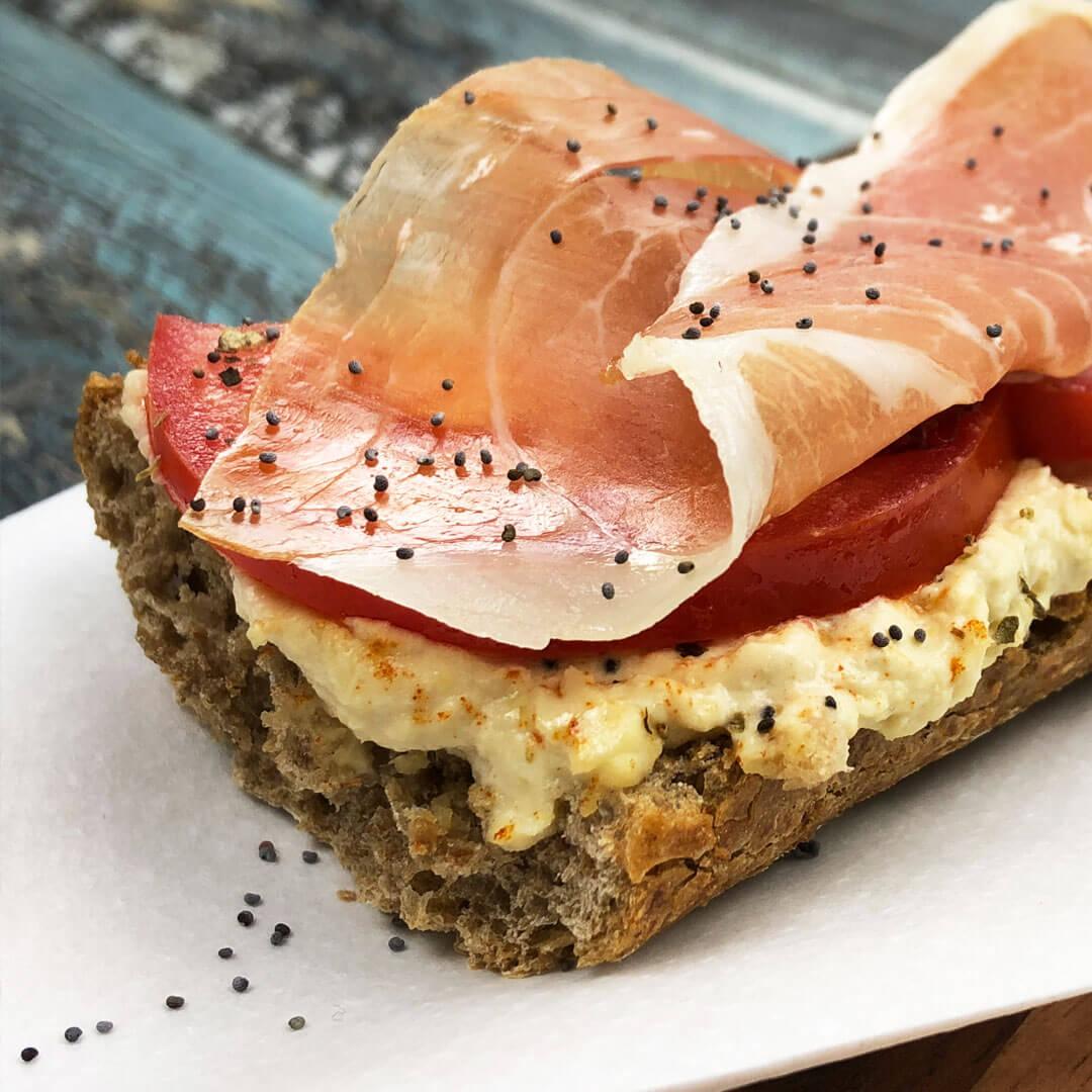 Nutricion-deportiva-recetas-IND-Tostada-integral-con-hummus-jamon-serrano-y-tomate