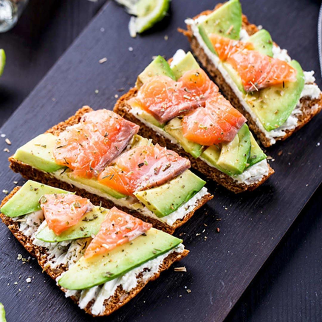 Nutricion-deportiva-recetas-IND-Tostadade-centeno-con-salmon-ahumado-queso-de-untar-y-aguacate