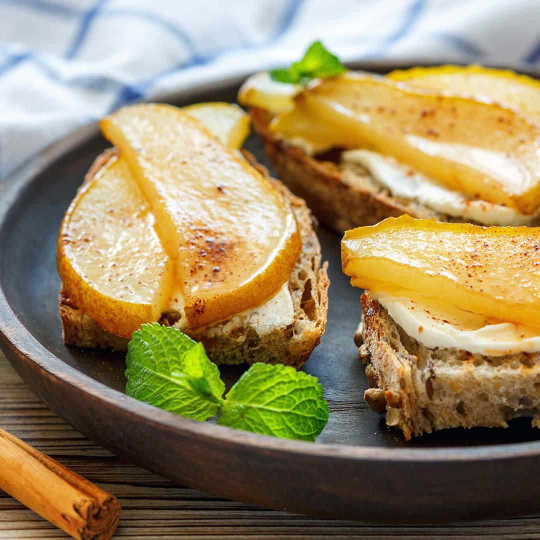 Nutricion-deportiva-recetas-IND-Tostada-integral-de-queso-de-untar-pera-y-miel