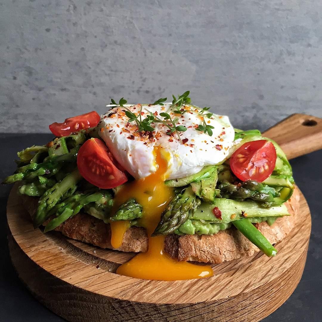 Tostada-integral-de-huevo-poche-esparragos-a-la-plancha-y-tomate-recetas-IND