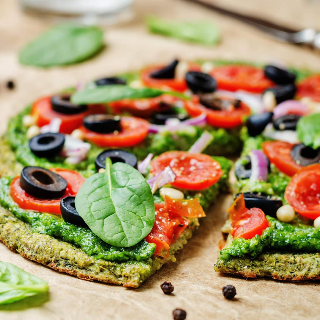 Pizza-de-brocoli-y-coliflor-con-pesto-tomate-aceitunas-cebolla-y-pinones-recetas-IND