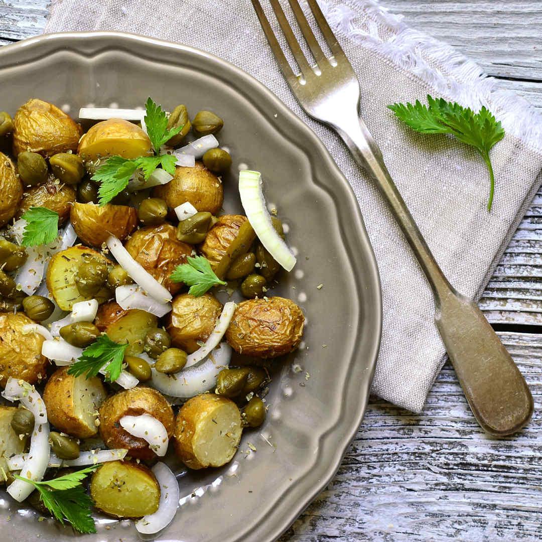 Ensalada-de-patata-cebolla-pepinillos-alcaparras-y-romero-recetas-IND
